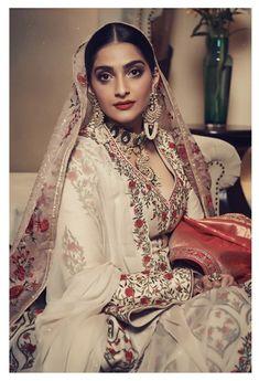 Like It 👍 or Love It 😘 Sonam Kapoor Ahuja looks Super gorgeous Indian Jewelry Sets, Bollywood Actress Hot Photos, Desi Wear, Sonam Kapoor, India Fashion, International Fashion, Hottest Photos, Indian Actresses, Beautiful Bride