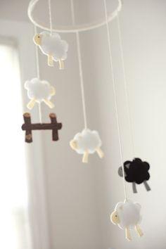 Mobiel met schaapjes van vilt. Zelf creaties van vilt maken? Kijk voor vilt eens op www.bijviltenzo.nl