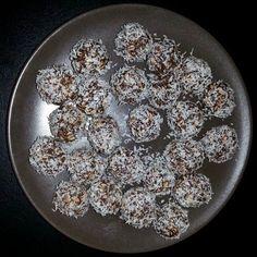 Egy finom Kókuszgolyó zabpehelyből ebédre vagy vacsorára? Kókuszgolyó zabpehelyből Receptek a Mindmegette.hu Recept gyűjteményében!