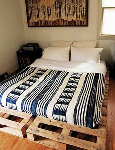 Wood Pallet Bed - great for the teens in your life! Love the blanket