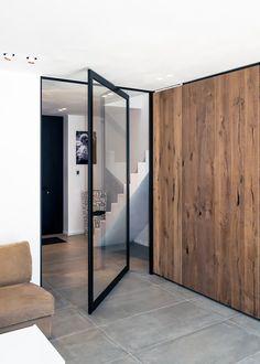 Modern stalen deur concept uitgerust met een taatsscharnier waarvoor niets op voorhand in de vloer ingebouwd dient te worden. Op maat gemaakt door Anyway Doors. #stalendeur  #taatsdeur