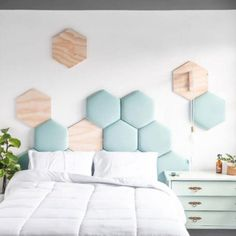 8 wooden decorative objects for a trendy and natural bedroom - HomeCNB Cute Bedroom Decor, Bedroom Colors, Modern Bedroom Design, Bed Design, Upholstered Wall Panels, Natural Bedroom, Pastel Room, My Ideal Home, New Room
