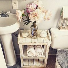 Love the romantic, feminine and vintage style of shabby chic look? Here we have some interesting shabby chic bathrooms to inspire you. Browse through all these stunning and charming ideas and get s… Diy Home Decor Rustic, Unique Home Decor, Shabby Chic Decor, Home Decor Items, Cheap Home Decor, Wooden Decor, Shabby Chic Toilet, Home Decoration, Wooden Crafts