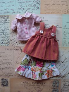 Vintage Pinafore set for Blythe-Summer roses par moshimoshistudio Doll Clothes Patterns, Clothing Patterns, Peter Pan Collar Blouse, My Sewing Room, Popular Girl, Waldorf Dolls, Couture, Cute Dolls, Blythe Dolls