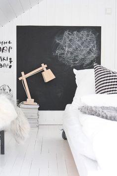 Krijtbord in de kinderkamer. Voor meer kinderkamer inspiratie kijk ook eens op http://www.wonenonline.nl/slaapkamers/kinderkamer/