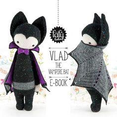 lalylala Halloween HÄKELANLEITUNG Vampir Fledermaus Vlad (PDF-Datei / 12 Seiten) . . . . . . . . . . . . . . . . . . . . . . . . . . . . . . . . . . . . . . . . DIE GESCHICHTE « Vlad war noch eine sehr junge Fledermaus und damals auf der Suche nach einem sinnhaften Lebenszweck, als eine andere Fledermaus schicksalhaft seinen Weg kreuzte ... Batman! Sofort wurde Vlad zu Batman's Gefährten (natürlich war das lange bevor dieser Robin auftauchte). Doch dann fand er heraus, dass Batman nur...