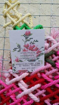 Arquicostura - arquicostura Rose Embroidery, Modern Embroidery, Cross Stitch Embroidery, Cross Stitch Patterns, Dyi Decorations, Fence Art, Yarn Bombing, Cross Stitch Rose, Sewing Art