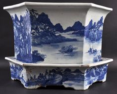 A LARGE 19TH CENTURY CHINESE BLUE AND WHITE PLANTER : Lot 235