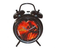 SVEGLIA STAR WARS DARTH VADER 18 cm. Orologio sveglia da tavolo Star Wars di colore nero con all'interno stampa del disegno del personaggio DARTH VADER.     Funzionante con batterie non incluse.