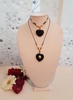 Heart Lava Necklace/Black Lava Heart Necklace/San Valentines Gift/Black Heart. 2 Modelos de Collares de Corazón de Lava y Cordón Algodón Ajustable hasta 24 pulgadas Favor Escoger entre : Modelo 1 Modelo 2 Cuidados Chapa de Oro Existen muchas historias o comentarios de que la