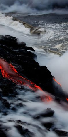 volcano lava // kilauea hawaii- pillow- white canvas, black and white except lava. Lava could be other colors too. Volcan Eruption, Beautiful World, Beautiful Places, Fuerza Natural, Cool Pictures, Cool Photos, Wallpaper Animes, Dame Nature, Beaches In The World