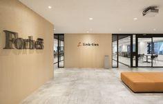 東京のオフィスデザイン・レイアウトならWORK KIT Office Entrance, San Gabriel, Office Workspace, Downlights, Office Interiors, Sliding Doors, Beams, Tokyo, Lounge