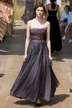 Guarda la sfilata di moda Christian Dior a Parigi e scopri la collezione di abiti e accessori per la stagione Collezioni Autunno Inverno 2017-18.