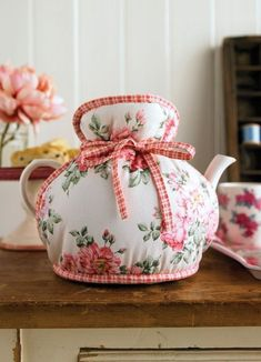 This tea cozy should be easier to make than the ones with lots of fabric and ribbon drawstrings. Fabric Crafts, Sewing Crafts, Sewing Projects, Tea Cosy Pattern, Mug Cozy, My Cup Of Tea, Mug Rugs, High Tea, Tea Towels