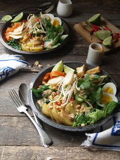 gado gado - an Indonesian salad with peanut dressing, so amazingly delicious with the best dressing. http://thefreshaussie.com/2015/01/gado-gado-indonesian-salad/