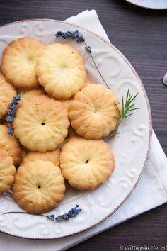 Biscotti alla frolla montata alla lavanda e rosmarino di Mariangela