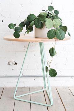 Moderne Beistelltisch verbindet zarte Pastellfarben und Holz