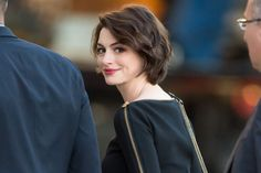 Anne Hathaway& Oscar Hosting Advice - Anne Hathaway Has Precise . Actriz Anne Hathaway, Anne Hathaway Pixie, Anne Hathaway Haircut, Anne Jacqueline Hathaway, Medium Hair Styles, Short Hair Styles, Meryl Streep, Dark Hair, Pretty Hairstyles