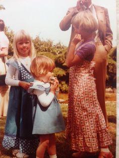 Sisse Skytte Madsen, 40, Bagsværd.  Min mor har syet kjoler i samme stof til mig og min søster. Hun syede meget af vores tøj selv. Vi er til en af vores kusiners konfirmation og jeg har fået sodavand, hvilket vi meget sjældent fik (1978).