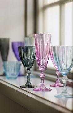 Zestaw 3 kieliszków do szampana duńskiej marki Lisbeth Dahl.  Kieliszki wykonane są z grubego, karbowanego szkła w kolorze jasno-niebieskim.  Wniosą piękno i charakter na każdy stół. Kolekcja zawiera również kieliszki do wina oraz szklanki.