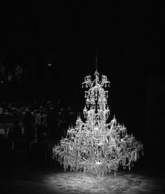 Runway for Alexander McQueen Spring/Summer Bright chandelier Maria Theresa, Bag Display, Alexander The Great, Light Of My Life, Stage Design, Light And Shadow, Event Venues, Alexander Mcqueen, Art Photography