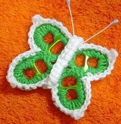 Reusing ring-pulls AND making butterflies. Crochet Motifs, Crochet Flower Patterns, Crochet Designs, Crochet Flowers, Soda Tab Crafts, Can Tab Crafts, Tape Crafts, Crochet Crafts, Crochet Projects