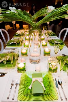 Green white tablescape LOVE this pop of vivid color - Xmas isn't only red & green - Color will make your table memorable. You don't need plates colored -use clear with color placemat or color chargers Wedding Centerpieces, Wedding Table, Wedding Decorations, Decor Wedding, Dresser La Table, Lime Green Weddings, Party Fiesta, Beautiful Table Settings, Bridal Show
