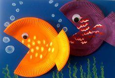 Aus Papptellern lassen sich kunterbunte Fische basteln.