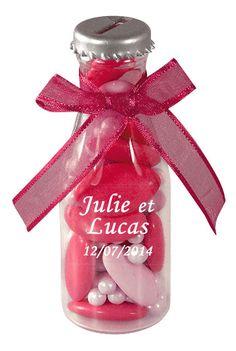 Bouteille soda dragées fuchsia - Mettez du pep's dans votre déco en parsemant ces petites bouteilles de soda sur vos tables et buffets ! http://www.mariage.fr/bouteilles-soda-pvc-transparent-avec-dragees.html