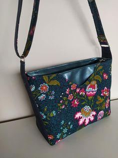 Sac Mambo en simili vert foncé et coton floral assorti cousu par Sandra - Patron Sacôtin