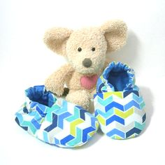 Handmade blue and green baby slippers made of cotton fabric, size 3 to 6 months babies, made by Tricotmuse - pinned by pin4etsy.com