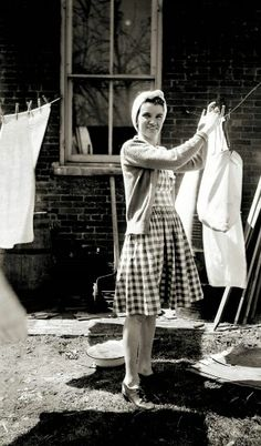 Things Your Grandmother Knew: how to hang clothes out on a line (i love old vintage photographs) Vintage Pictures, Old Pictures, Vintage Images, Old Photos, 1940s Fashion, Vintage Fashion, Vintage Clothing, Vintage Housewife, 50s Housewife