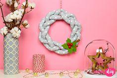 Już czas zacząć inspirować świątecznie! Musicie mieć przecież czas przygotować dekoracje DIY. Pleciony wianek z tkaniny był na mojej liście do zrobienia. Od zawsze podobały mi się takie wianki i