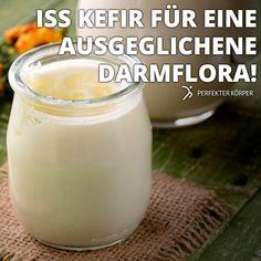 KEFIR – »Getränk der Hundertjährigen«  Die gesundheitliche Wirkung von Kefir auf unseren Körper ist erstaunlich, wozu die darin enthaltenen Kefirpilze beitragen.    Magermilch-Kefir ist reich an Proteinen, besitzt wenig Fett und kaum Kalorien. Kefir hilft beim Abnehmen, da er sich äußerst positiv auf die Darmflora auswirkt, die wiederum den Stoffwechsel ankurbelt.   100 ml Kefir enthalten ca. 50 kcal, 1,5 g Fett, 3,7 g Eiweiß, 4,4 g Kohlenhydrate