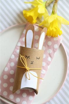 Toilet paper rolls upcycling - toilet rolls Easter bunny gift box tinker with kraft paper: The rabbit gift box is suitable as an Easter table decoration, as a place card or as a small Easter gift. Candy or money can be hidden in the toilet roll anima Easter Tree, Easter Gift, Easter Crafts, Happy Easter, Easter Bunny, Easter Eggs, Crafts For Kids, Easter Presents, Easter Table Decorations