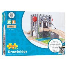 Breng je treinlandschap naar nieuwe hoogtes met deze houten ophaalbrug. De ophaalbrug lijkt net een echte kasteeltoren met een bijbehorende gracht. Draai aan de knop en zie hoe de brug aan de kabels naar beneden zakt. Laat de trein onder de toren door rijden of boven over de brug en zie hoe hij over de helling naar beneden zoeft! De ophaalbrug is gemaakt van stevig hout en afgewerkt met prachtige details. Spelen met de ophaalbrug stimuleert de ontwikkeling van fantasie, handigheid en…