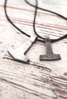 Dieser Hammer ist das übliche-Attribut des nordischen Gottes Thor. Thor ist ein…
