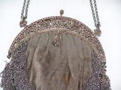 Antiguo bolsito de terciopelo celeste hielo con exquisita puntilla de encaje a bolillo y bordados en piedras..