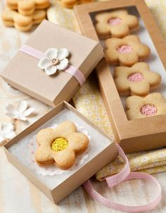 Flower cookies with pretty packaging Dessert Packaging, Bakery Packaging, Cookie Packaging, Gift Packaging, Pretty Packaging, Custom Packaging, Cookie Box, Cookie Gifts, Food Gifts