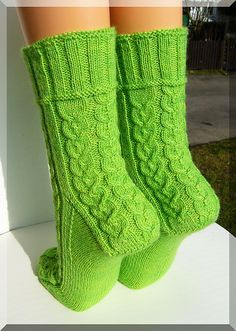 Ravelry: Tränendes Herz pattern by Micha Klein free Loom Knitting, Knitting Socks, Hand Knitting, Gestrickte Booties, Knitted Booties, Crochet Socks, Knit Or Crochet, Bed Socks, Wool Socks