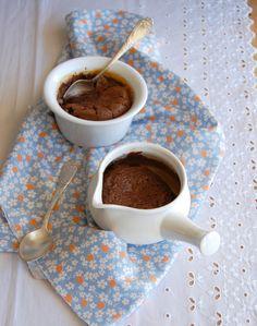 Dark chocolate and dulce de leche puddings / Potinhos de chocolate e doce de leite