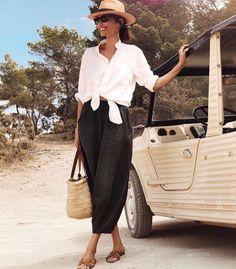 Camisa branca amarrada com calça carrot cropped preta Fashion In, Vogue Fashion, Fashion Looks, Fashion Outfits, Womens Fashion, Fashion Trends, Trending Fashion, Fashion Quotes, French Fashion