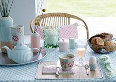 Kukat, oksat, pellava, munat ja puput koristavat pääsiäisen juhlapöydän. Katso Avotakan trendikkäät ideat pääsiäiseen.