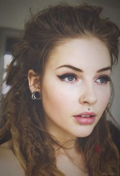 Snake Bites and Medusa Piercing. Surprisingly, it all works and looks elegant and not too over the top. Never dreads. Tragus Piercings, Piercing Tattoo, Piercings Monroe, Piercing Nostril, Piercings Corps, Medusa Piercing, Facial Piercings, Top Lip Piercing, Snake Eyes Piercing