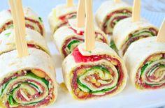 Das Essen kann auf unterschiedliche Weise serviert werden. Das Einrollen ist eine gute Art und Weise, viele Aromen kompakt zusammen zu bekommen. So hat man die herrlichen One-Bite-Fingerfood Snacks, die eigentlich überall dazu serviert werden können. Wir haben 8 tolle Rezepte zusammengetragen! Mediterrane Schlangengurken-Röllchen: Hummus (pürierte Kichererbsen), Fetakäse, gebackenen Paprika, Pfeffer
