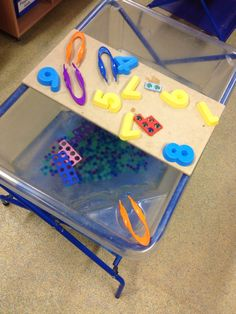 Love this fab simple to set up Numicon water tray idea! Links funky fingers and… Maths Eyfs, Eyfs Classroom, Preschool Math, Fun Math, Classroom Displays, School Classroom, Classroom Ideas, Numicon Activities, Water Play Activities