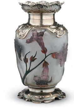 DAUM Nancy Digitales Vase en verre multicouche de forme ovoïde. Le col corolle, l'épaulement et la base sont enchassés dans une monture en argent mouvementée et finement ciselée, ouvragée de fleurs et… - Millon - 11/06/2007