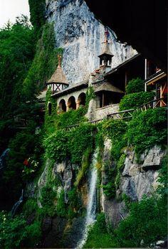 Entry to St. Beatus Caves, Interlaken / Switzerland (by dawnzandstra).