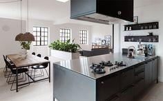 Wenn es um schicke Helferlein im Haushalt geht, ist VIPP nicht weit: Chefdesigner Morten Bo Jensen stattet seine Küche in Vipp Design, Esszimmer und Wohnzimmer in skandinavischem Design aus: http://blog.ikarus.de/essen-trinken/vipp-kuche_5293.html