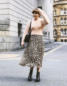 These are the items that we keep spotting all over London, from Zara, Mango, Topshop and more. Autumn Winter Fashion, Spring Fashion, Suits Tv Shows, Animal Print Skirt, Leopard Skirt, Winter Skirt, Autumn Street Style, Skirt Fashion, Women's Fashion